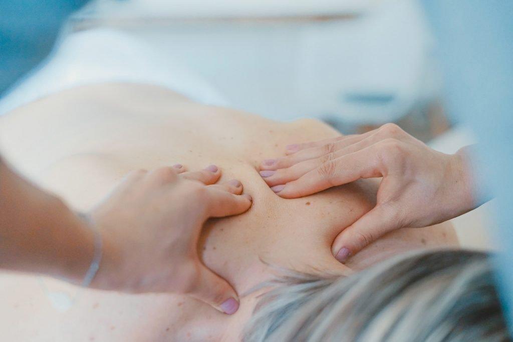 Kontaktas su kūnu yra labai galingas – jo pagalba mes galime paveikti psichiką ir jausmus. Plačiau apie kūno terapijos metodiką - B.E.S.T. skaitykite mano svetainėje.